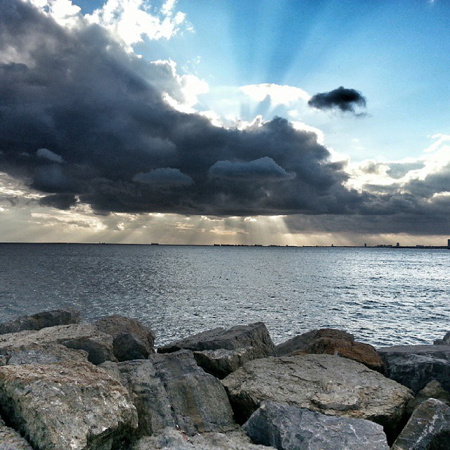 Sundown #sunset #sun #sundown #gunbatimi #istanbul #kadikoy #turkey #turkiye #manzara #landscape #kayalik #sea #deniz #clouds #travel #instaphoto #instagram